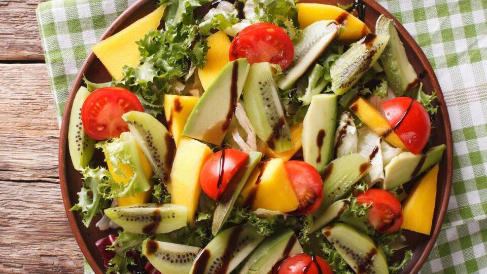 За лето: Освежувачка салата со домати, манго и авокадо
