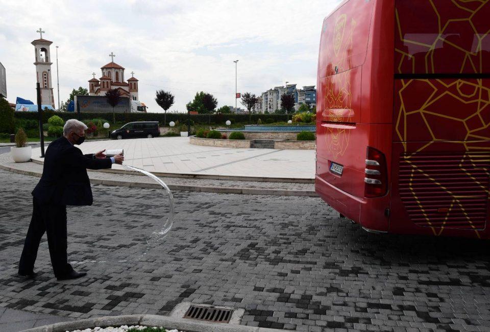 По стариот добар обичај: Со истурање чаша вода за среќа, македонските фудбалски репрезентативци испратени кон Букурешт