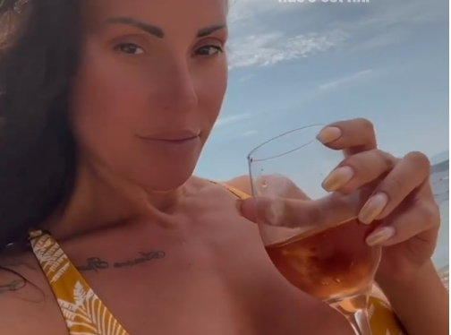 Сузана Гавазова никогаш поопуштена, отвори шише розе на плажа: Во виното е вистината, а нејзните голи гради во неговите раце!  (ФОТО)