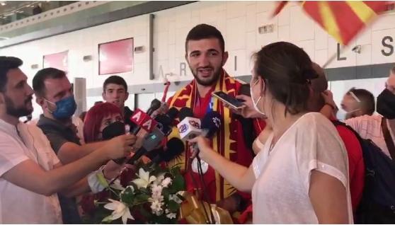 Добредојде за олимпискиот вицешампион, Дејан Георгиевски: Овации на скопскиот аеродром (ВИДЕО)