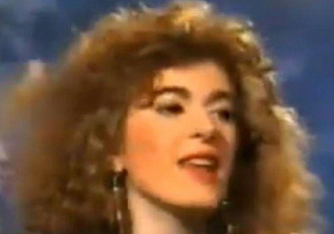 Деновиве нејзината песна е хит на социјалните мрежи – ќе погодите ли која пејачка е на фотографијата?