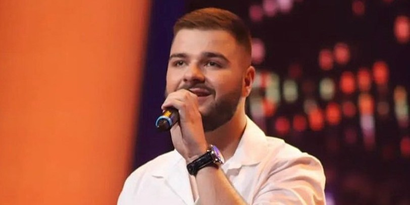 """Омар Џаферовски се појави во """"Ѕвездите на Гранд"""" и направи хаос, а овој македонски пејач и миленик на Марија Шерифовиќ му беше поддршка во бекстејџ (фото + видео)"""