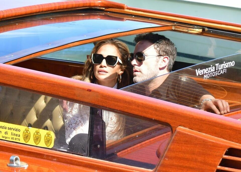 Првпат заедно на јавен настан: Џенифер Лопез и Бен Афлек прегрнати пристигнаа на филмскиот фестивал во Венеција