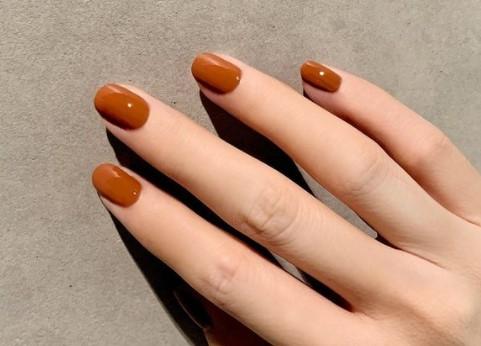 За љубителите на едноставноста: 9 нијанси на лакови за нокти што ќе се носат оваа есен